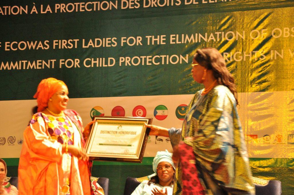Dr FATIMATA DIA SOW, Commissaire aux Affaires Sociales et Genre de la CEDEAO recevant la distinction honorifique des mains de SEM MALIKA ISSOUFOU, Première Dame du Niger
