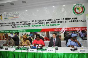 Vue du présidium lors de la cérémonie officielle d'ouverture du Forum de Cotonou